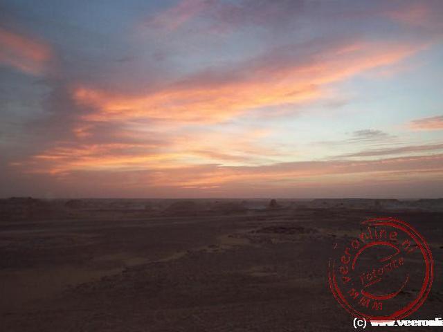 De zon komt op in de woestijn