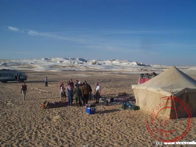 Onze overnachtingsplaats met de kalkheuvels van de witte woestijn op de achtergrond