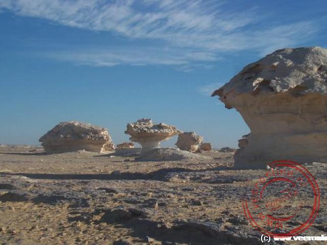 De kalksteen rotsen gevormd door de wind