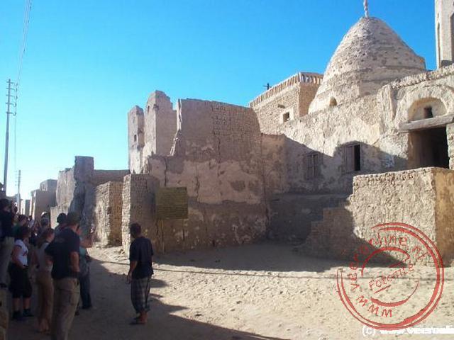 De kleistenen huizen en de kronkelende straatjes geven Al-Qasr een middeleeuws karakter