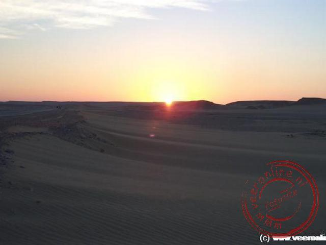 De zonopgang langs de route tussen Kharga en Luxor