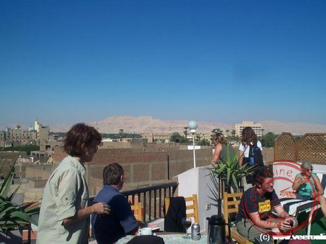 Even uitrusten op het dakterras in Luxor voordat we naar Aswan vertrekken