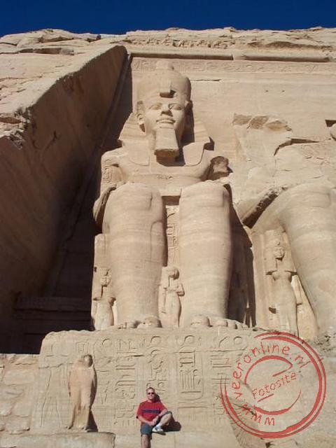 Een van de enorme Ramseskolossen voor de ingang van de tempel van Aboe Simbel