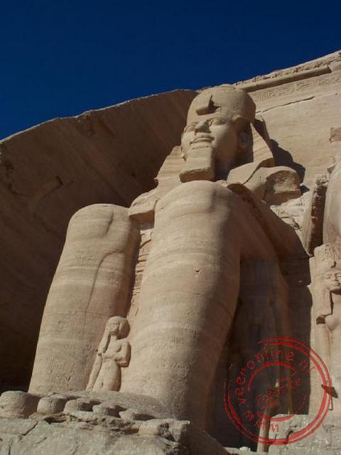 Het beeld van Ramses II voor de ingang van de tempel van Aboe Simbel