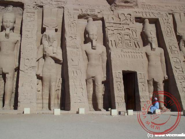 De kleine tempel van Aboe Simbel gewijd aan de godin Hathor ter ere van zijn vrouw Nefertari