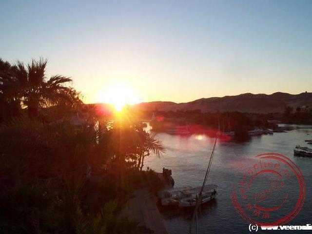 De zonsondergang in de Nijl vanaf het hotelterras Old Cataract
