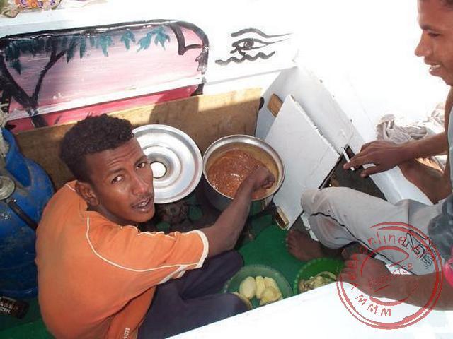 De nubiers bereiden het eten aan boord tijdens het zeilen