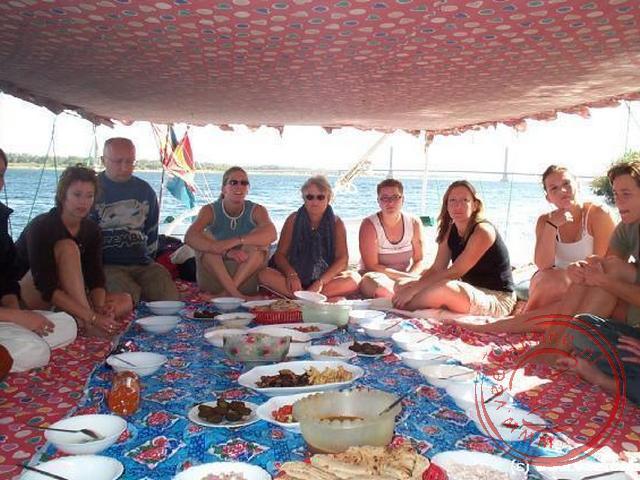 De lunch aan boord van de feloeka