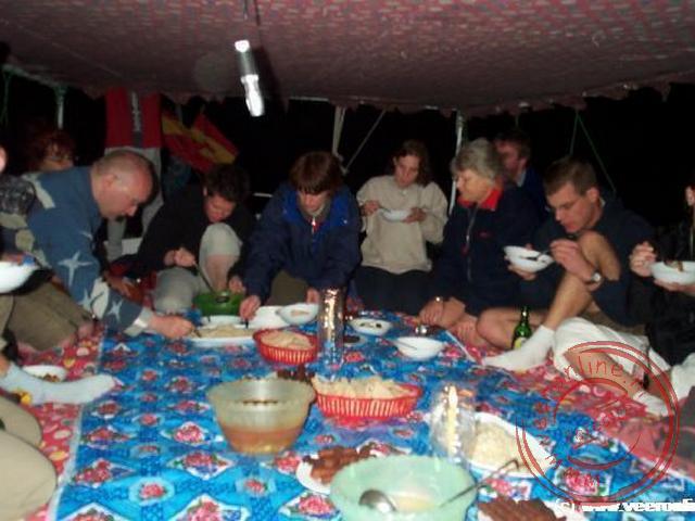 Knus bij elkaar met het diner aan boord