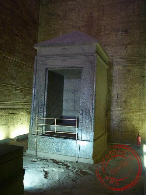 De zwartgranieten schrijn diende als offerblok in de tempel van Horus in Edfu