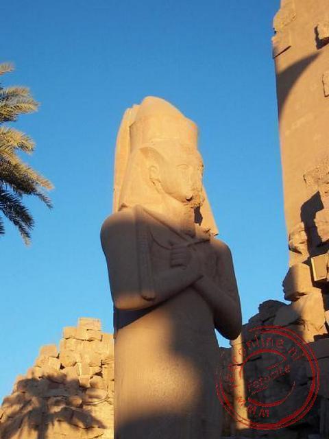Voor de ingang van de Grote zuilengang staat een imposant beeld van Ramses II