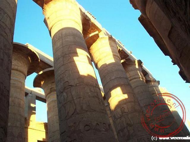 De zuilengalerij in de tempel van Karnak