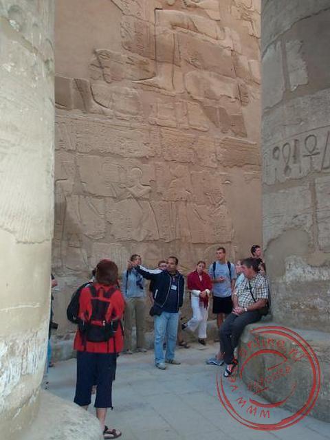Mohammed geeft uitleg over de tekeningen in Karnak