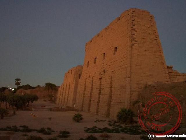 De toegangspoort van Karnak verlicht