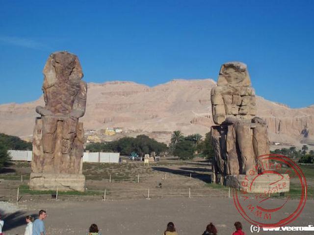 Twee 18 meter hoge beelden van Amenhotep III op zijn troon. De kolossen bewaakten Amenhoteps dodentempel. De tempel is inmiddels verloren gegaan