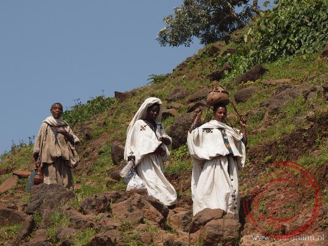 vrouwen lopen over een smal bergpad