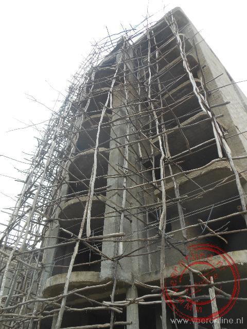 Met houten palen wordt een steiger gebouw bij de nieuwbouw