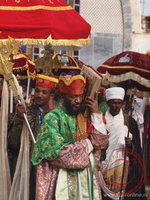 Geestelijken houden een processie ter ere van het Meskel festival