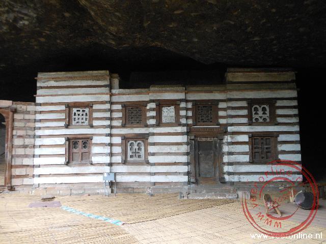 De Yemrehanna Kristo kerk is in een grot gebouwd met lagen hout en steen