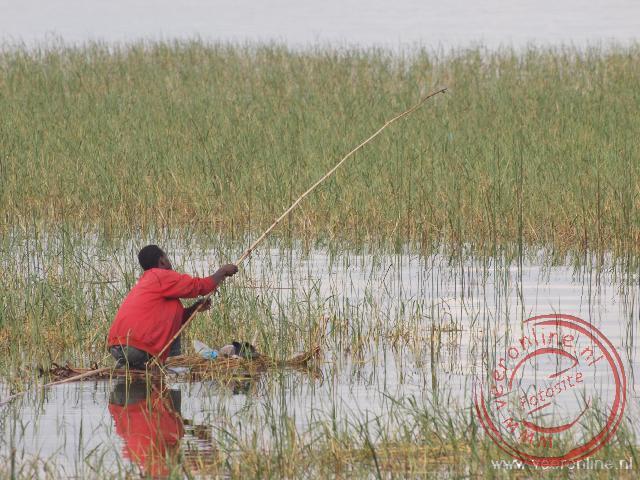 Een visser op een papyrus vlot in het Awasa meer