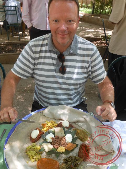 Een verzameling van het Ethiopische eten op een injera pannenkoek