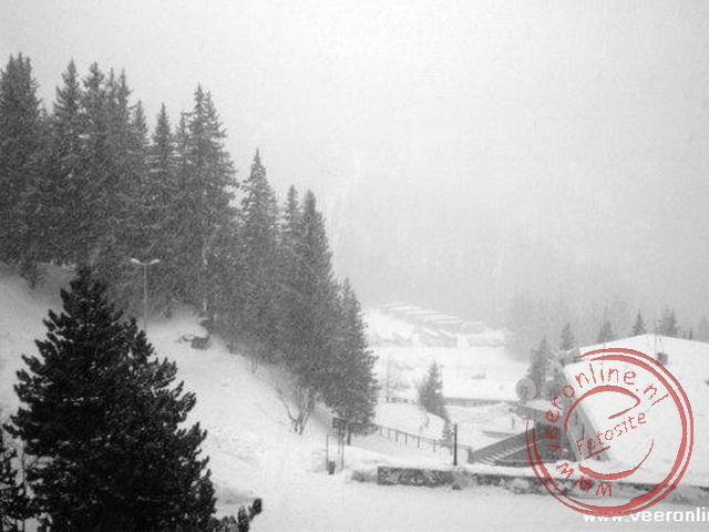 Het uitzicht tijdens een sneeuwbui vanuit het hotel