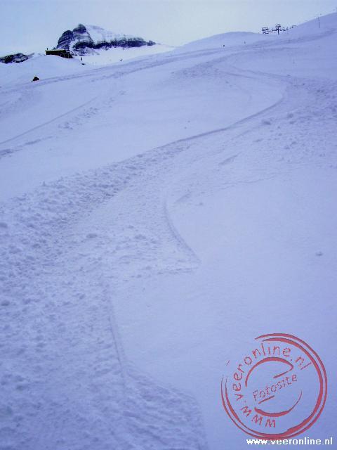 Het sneeuwspoor door de verse sneeuw
