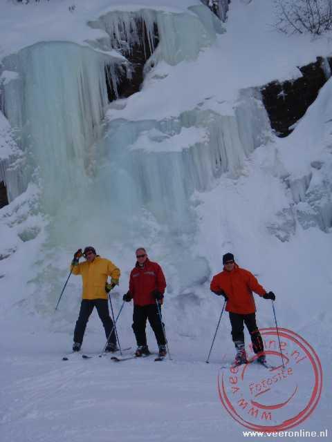 Een bevroren waterval lange de piste