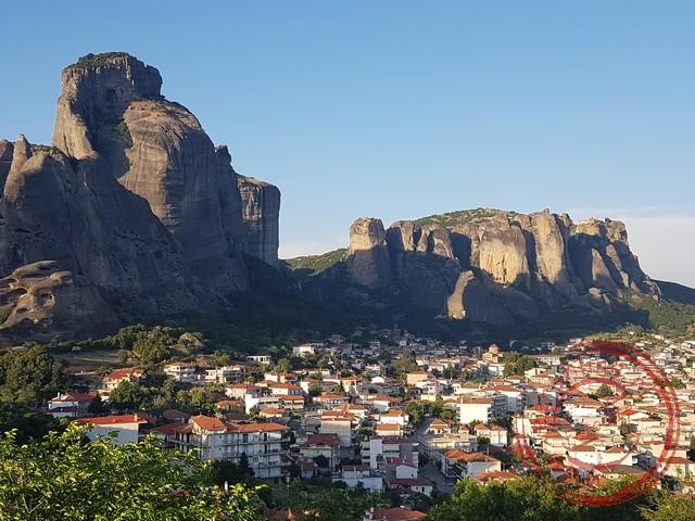 Uitzicht op de stad Kalambaka aan de voet van de Meteora rotsen