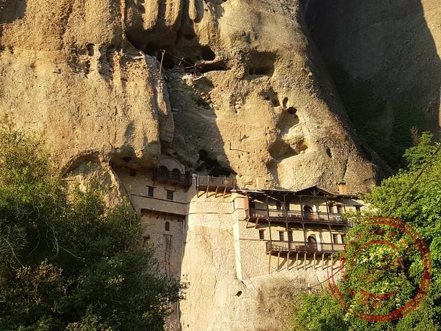Een klooster hangt tegen de bergwand aan in Kalambaka