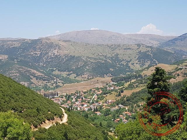 Uitzicht op het lager gelegen dorp Kalavryta