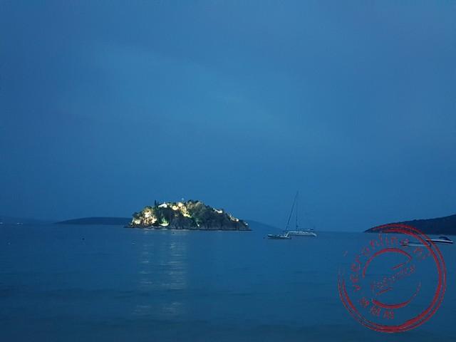 Het eiland in de baai van Tolo is 's avonds verlicht