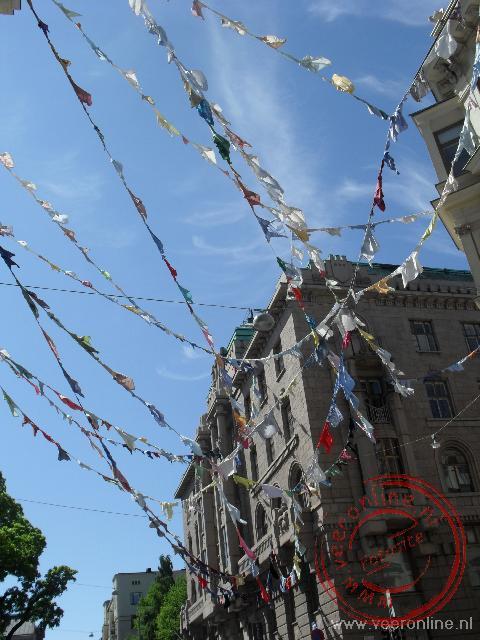 Gekleurde vlaggetjes versieren de Finse hoofdstad