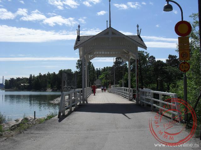 De lange houten brug naar het eiland Seurasaari