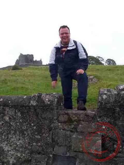Ronald met op de achtergrond de Rock of Cashel