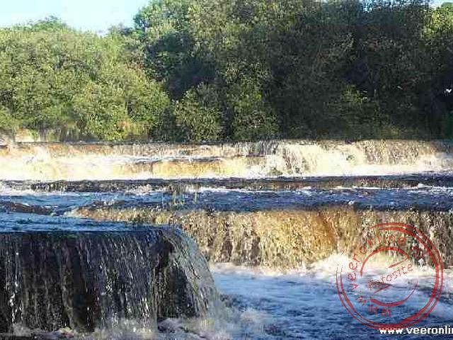 De watervallen in de Inagh river in Ennistymon