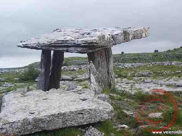 De Poulnabrone Dolmen in het maanlandschapachtige gebied de Burren