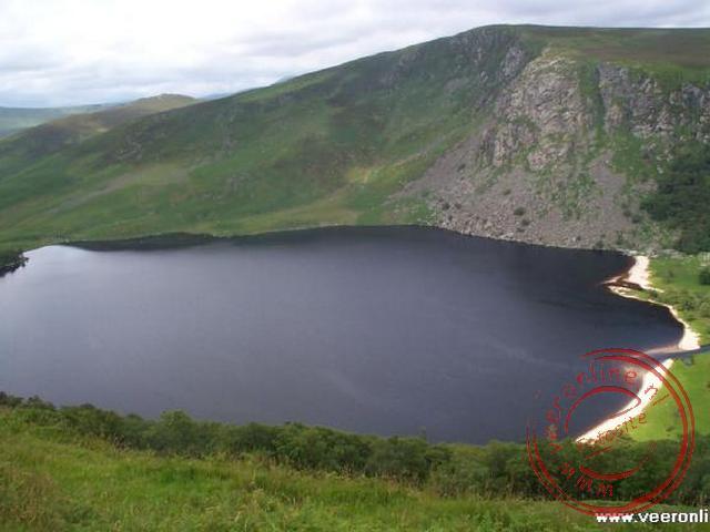 Het meer in de Wicklow Mountains lijkt op een omgevallen glas Guiness beer