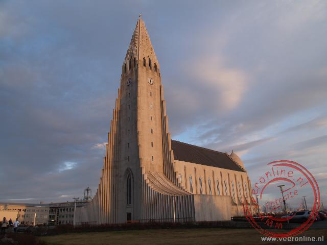 De Hallgrímskirkja steekt hoog boven Reykjavik uit