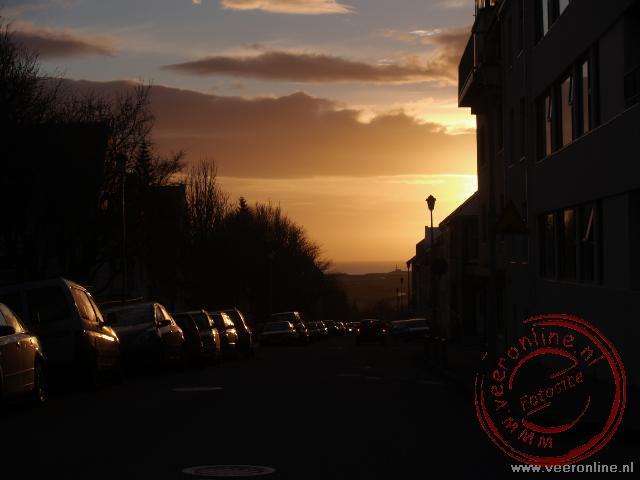 De zonsondergang in de straten van Reykjavik
