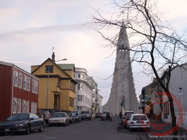De straat Skólavöròstigur met zicht op de Hallgrímskirkja