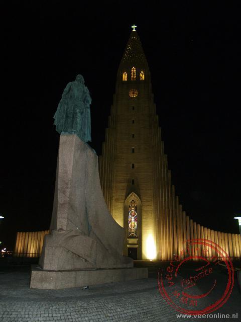 Het standbeeld van Leif Eriksson voor de 74 meter hoge Hallgrímur Pétursson Memorial Church bij avond