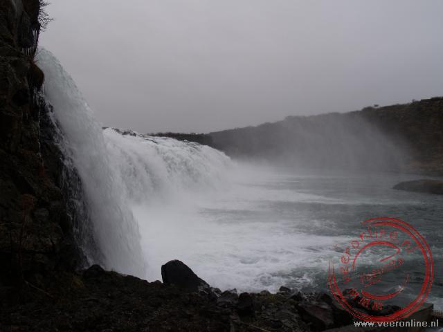 Een brede waterval onderweg