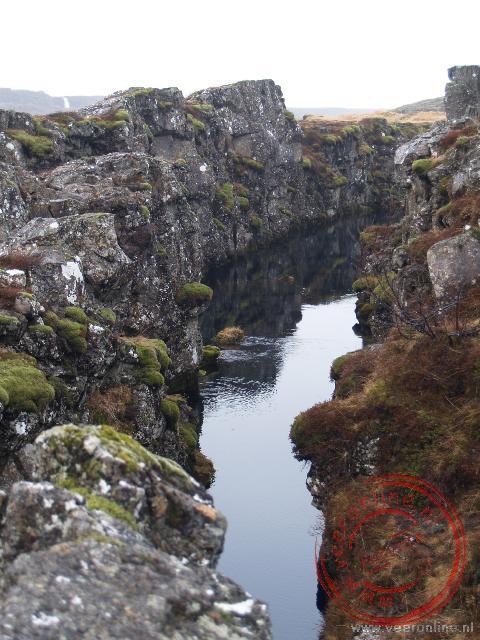De kloof Almannagjá in de Thingvellir is ontstaan door het uit elkaar drijven van de Amerikaanse en Europese tektonische platen