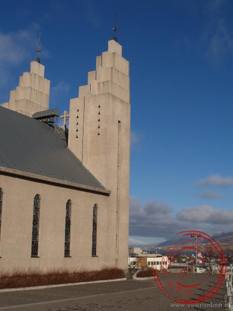De opvallende hooggelegen kerk van Akureyri op IJsland