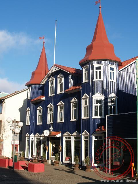 De gekleurde huizen in de Hafnarstraeti, de winkelstraat van Akureyri