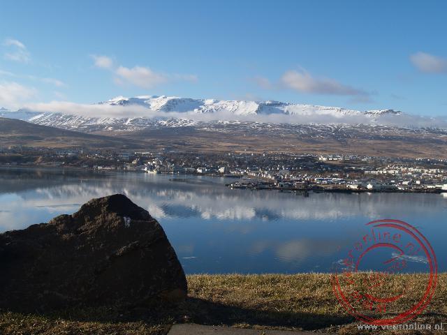 Uitzicht over de Eyjafjördur met aan de overzijde Akureyri