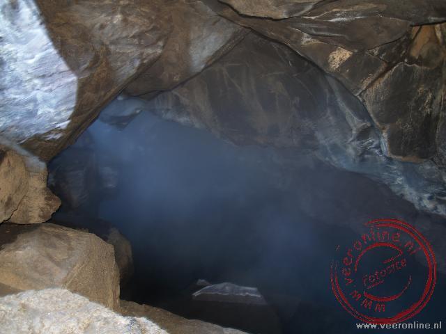 Een lavagrot op de breuklijn van de tektonische platen met 50 C water
