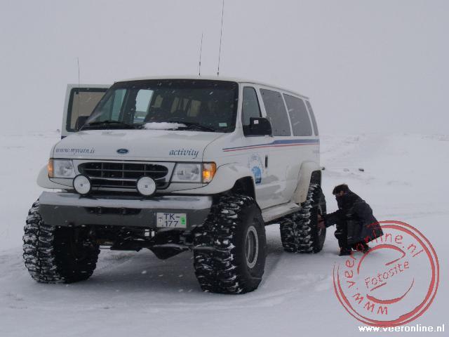 Een super Jeep met speciale hoge banden is het enige vervoermiddel voor het besneeuwde landschap