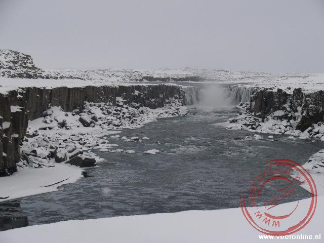 Het ijswater stroomt over de Selfoss waterval